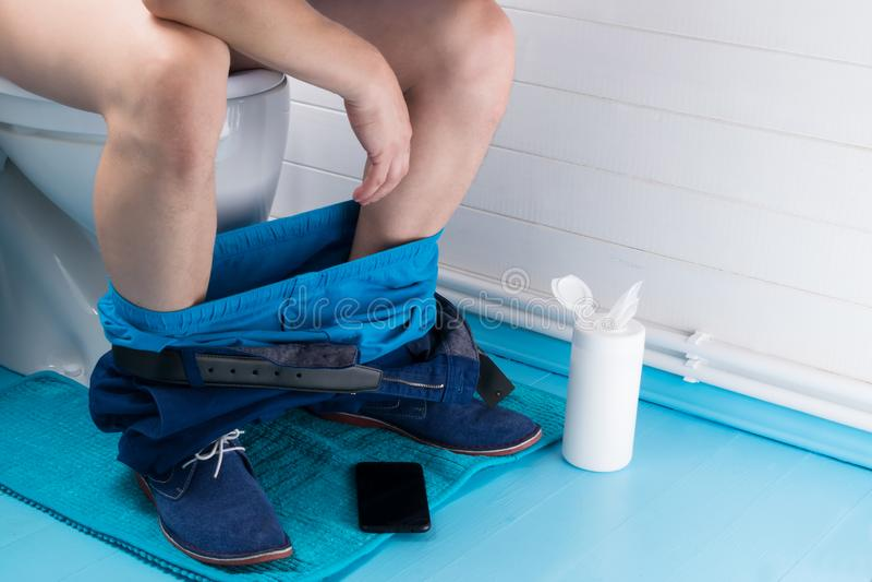 Ένα άτομο κάθεται σε μια ώθηση σε ένα ντουλάπι δίπλα σε υγρό σκουπίζει στοκ φωτογραφίες με δικαίωμα ελεύθερης χρήσης