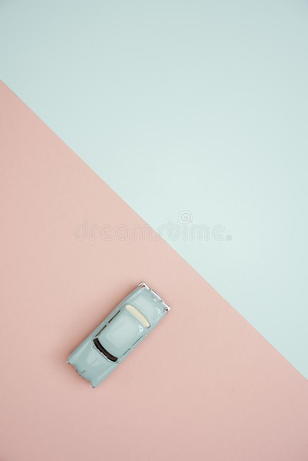 Ένα αυτοκίνητο πέρα από το ρόδινο και πράσινο υπόβαθρο χρώματος στοκ φωτογραφία
