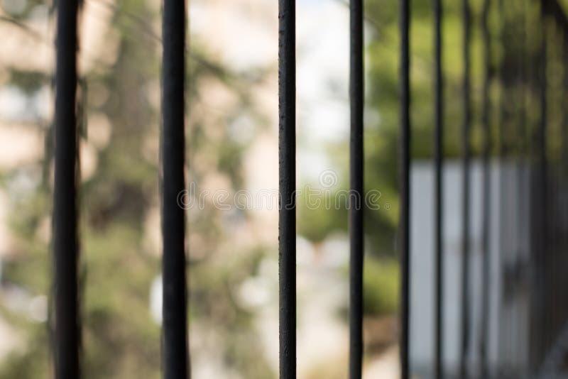 Ένα βλέμμα στην οδό μέσω των φραγμών παραθύρων στοκ εικόνα με δικαίωμα ελεύθερης χρήσης