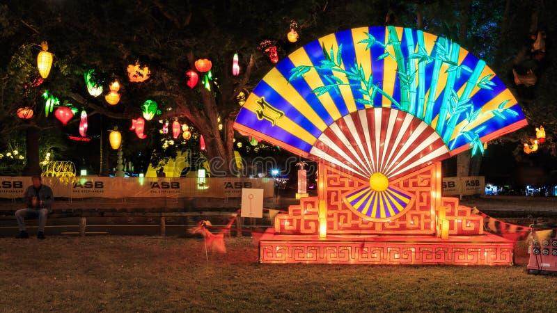 Ένα γιγαντιαίο με φόρμα βεντάλιας κινεζικό φανάρι σε ένα πάρκο, κινεζικό νέο έτος στοκ φωτογραφία