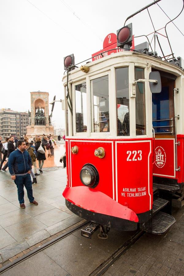 Ένα τραμ στην πλατεία Taksim, Ιστανμπούλ, Τουρκία στοκ εικόνες