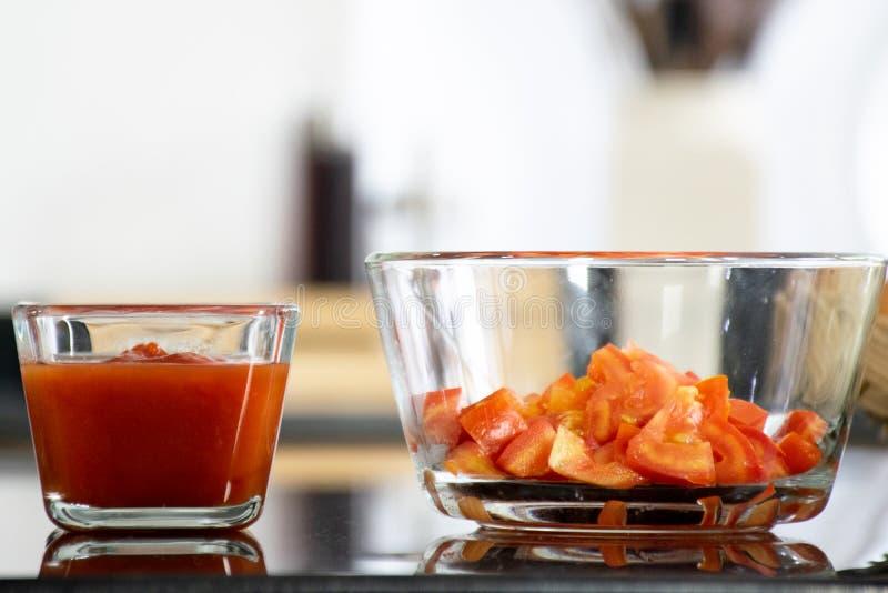 Ένα φλυτζάνι του κέτσαπ και της φρέσκιας ντομάτας στοκ φωτογραφία με δικαίωμα ελεύθερης χρήσης