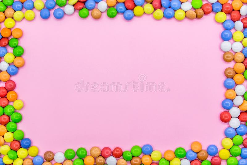 Ένα πλαίσιο των ζωηρόχρωμων σοκολατών Άποψη κινηματογραφήσεων σε πρώτο πλάνο του τοπ, ρόδινου υποβάθρου στοκ φωτογραφία με δικαίωμα ελεύθερης χρήσης