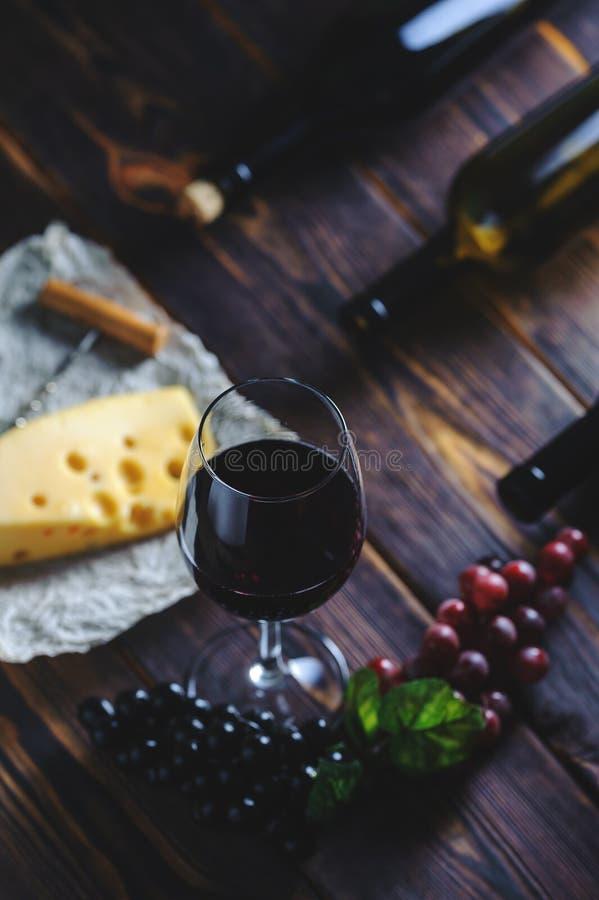 Ένα ποτήρι του τυριού και των σταφυλιών κόκκινου κρασιού στοκ φωτογραφίες