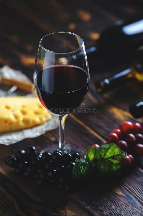 Ένα ποτήρι του τυριού και των σταφυλιών κόκκινου κρασιού στοκ φωτογραφία με δικαίωμα ελεύθερης χρήσης