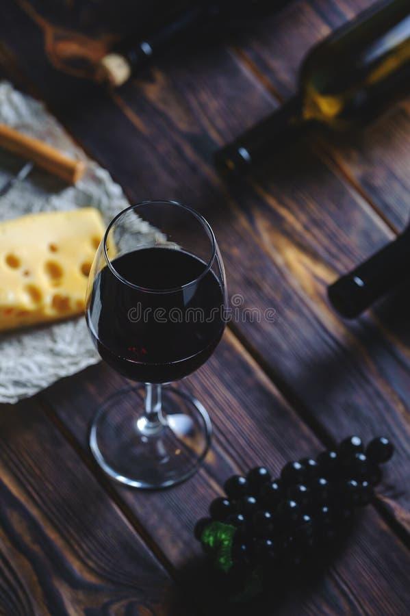 Ένα ποτήρι του τυριού και των σταφυλιών κόκκινου κρασιού στοκ φωτογραφίες με δικαίωμα ελεύθερης χρήσης