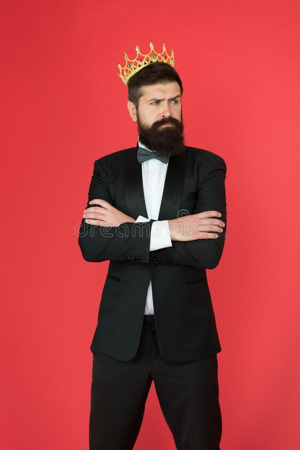Έννοια αυτοπεποίθησης Όμορφο επίσημο κοστούμι hipster Αίσθημα ανώτερος Γενειοφόρος όμορφος τύπος ατόμων στο επίσημο κοστούμι χρυσ στοκ εικόνες με δικαίωμα ελεύθερης χρήσης