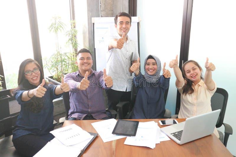 Έννοια επιτυχίας με τους ανθρώπους ποικιλομορφίας στο εσωτερικό στο γραφείο με το σύγχρονο σύγχρονο σχέδιο στοκ φωτογραφία με δικαίωμα ελεύθερης χρήσης