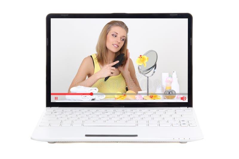 Έννοια ομορφιάς blog - βίντεο για την προσοχή τρίχας στην οθόνη lap-top που απομονώνεται στο λευκό στοκ εικόνα με δικαίωμα ελεύθερης χρήσης
