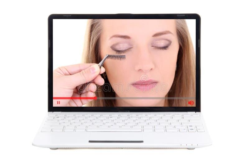 Έννοια ομορφιάς blog - το βίντεο για αποτελεί στην οθόνη lap-top που απομονώνεται στο λευκό στοκ εικόνα με δικαίωμα ελεύθερης χρήσης