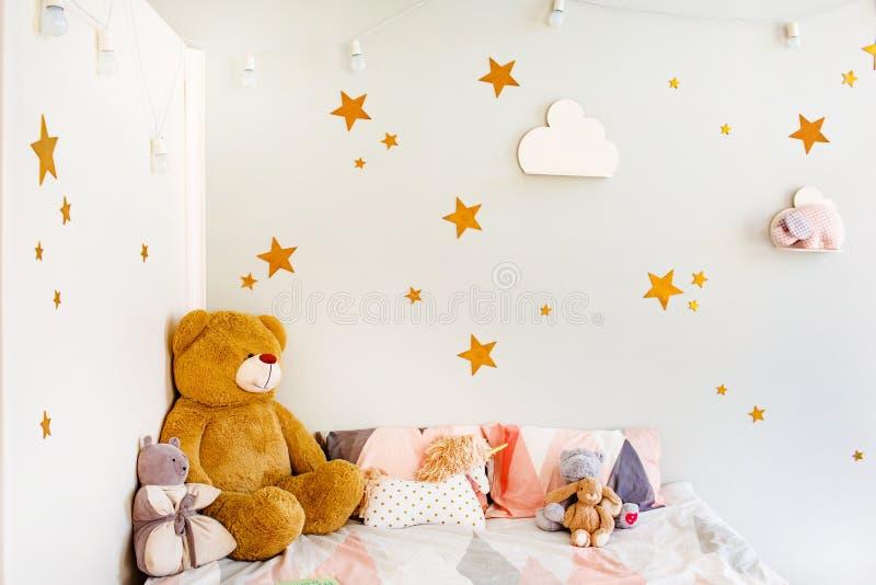 Έννοια ονείρου παιδιών Άνετη κρεβατοκάμαρα που διακοσμείται με τα παιχνίδια και τα αστέρια στοκ φωτογραφία με δικαίωμα ελεύθερης χρήσης