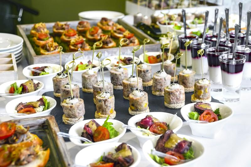 Έννοια υπηρεσιών τομέα εστιάσεως: Ανάμεικτα πρόχειρα φαγητά που εξυπηρετούνται σε έναν εορτασμό επιχειρησιακού γεγονότος, ξενοδοχ στοκ φωτογραφίες με δικαίωμα ελεύθερης χρήσης