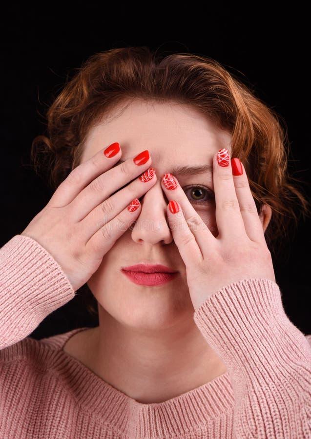 Έννοια Makeup Η φωτογραφία κινηματογραφήσεων σε πρώτο πλάνο ενός όμορφου κοριτσιού κλείνει τα μάτια της με τους φοίνικες και τους στοκ φωτογραφίες