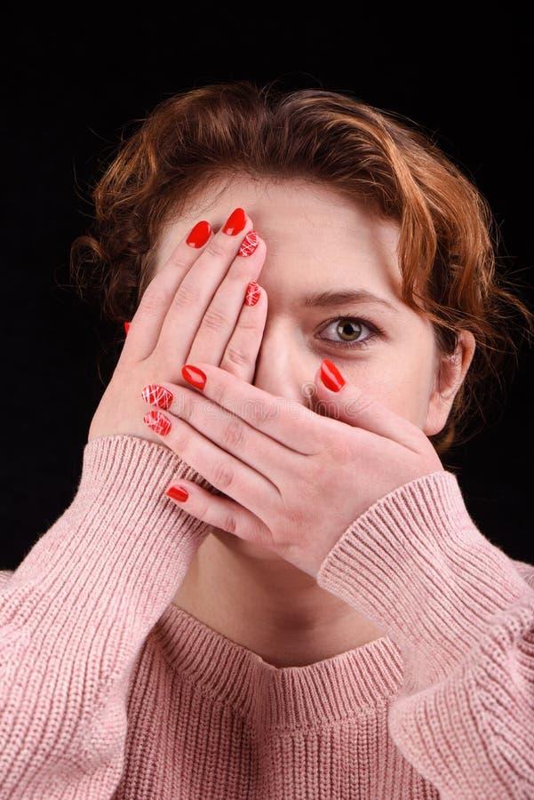 Έννοια Makeup Η φωτογραφία κινηματογραφήσεων σε πρώτο πλάνο του όμορφου κοριτσιού κλείνει τα μάτια της στο στόμα της με τους φοίν στοκ εικόνα με δικαίωμα ελεύθερης χρήσης