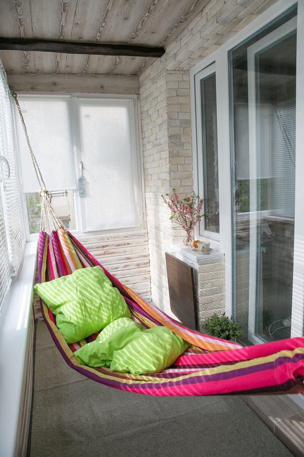 Ένωση αιωρών στο μπαλκόνι στο σπίτι στοκ φωτογραφίες με δικαίωμα ελεύθερης χρήσης