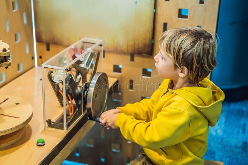 Έξυπνος επιστήμονας αγοριών που κάνει τα φυσικά πειράματα στο εργαστήριο έννοια εκπαιδευτική ανακάλυψη στοκ εικόνες