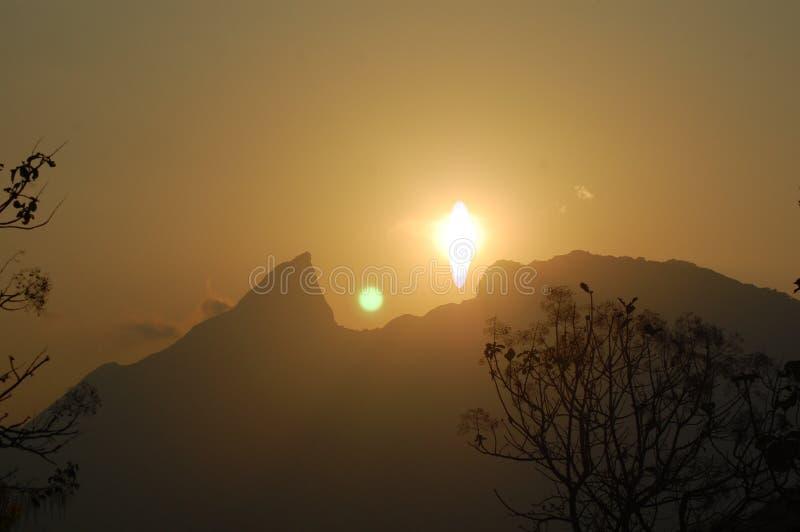 Ήλιος που πηγαίνει κάτω από τα βουνά στο σούρουπο στοκ φωτογραφίες με δικαίωμα ελεύθερης χρήσης