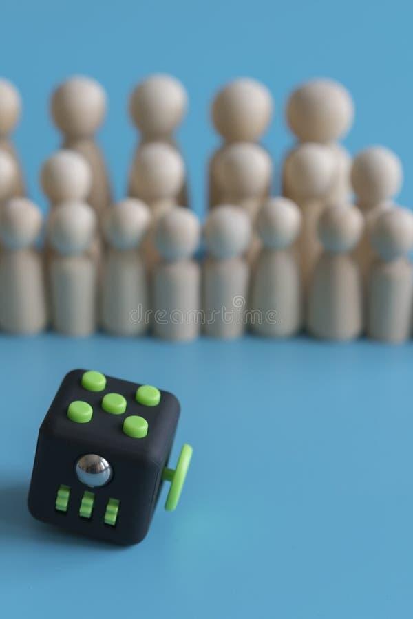 Ήρεμη έννοια πλήθους απαντήστε σπώς να ηρεμήσει το πλήθος Fidget reliever πίεσης κύβων και ξύλινοι αριθμοί για ένα μπλε υπόβαθρο  στοκ εικόνα