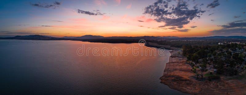 Ήρεμη λίμνη βουνών στο ηλιοβασίλεμα στοκ φωτογραφίες με δικαίωμα ελεύθερης χρήσης