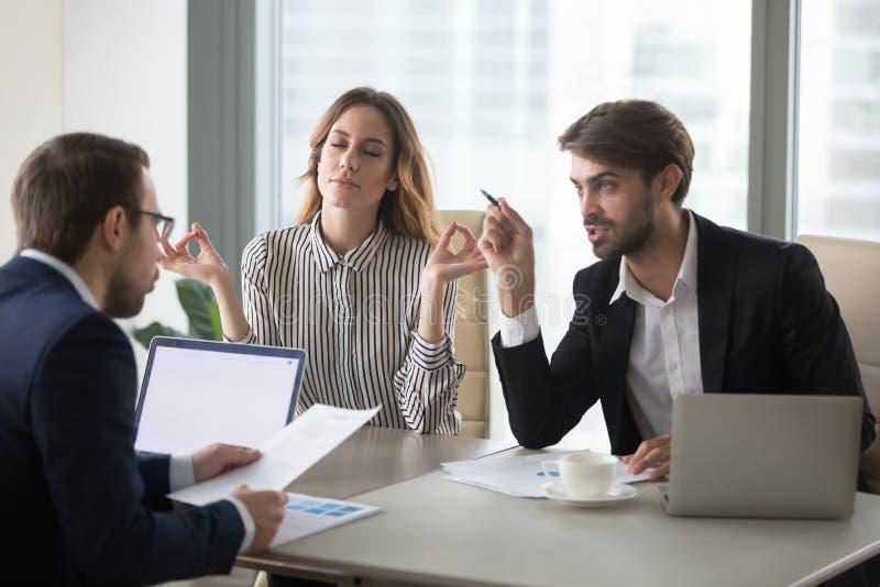 Ήρεμο υγιές επιχειρηματιών στην αγχωτική έννοια συνεδρίασης των γραφείων στοκ φωτογραφία με δικαίωμα ελεύθερης χρήσης