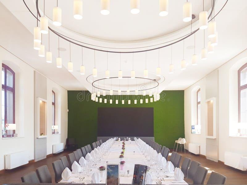 Αίθουσα συμποσίου για λεπτό να δειπνήσει ή το γάμο στοκ φωτογραφίες