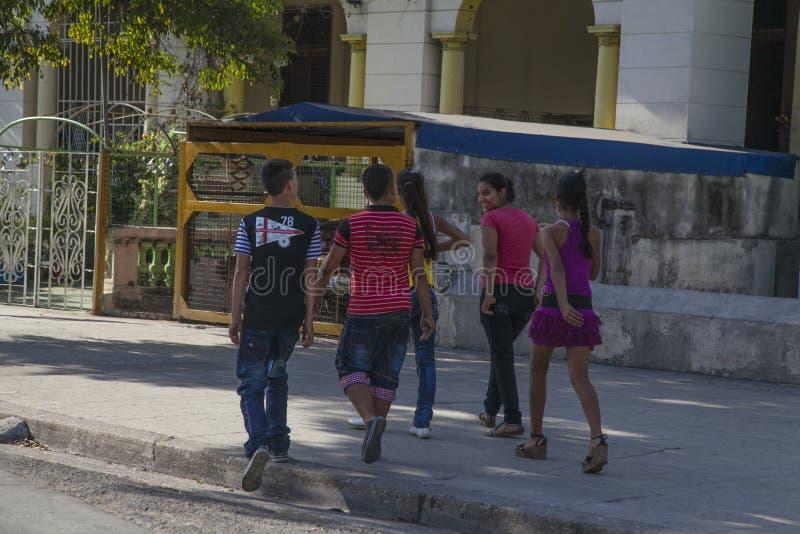Αβάνα, Κούβα - 12 Ιανουαρίου 2013: Μια άποψη των οδών της πόλης με τους κουβανικούς λαούς στοκ εικόνες