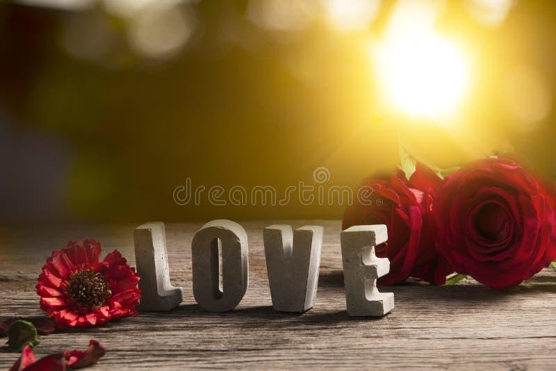 Αγάπη λέξης που γίνεται από το τσιμέντο στο ξύλινο υπόβαθρο σύστασης στοκ φωτογραφία με δικαίωμα ελεύθερης χρήσης