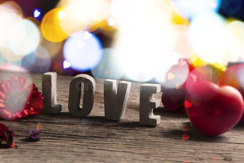 Αγάπη λέξης που γίνεται από το τσιμέντο στο ξύλινο υπόβαθρο σύστασης στοκ φωτογραφίες με δικαίωμα ελεύθερης χρήσης