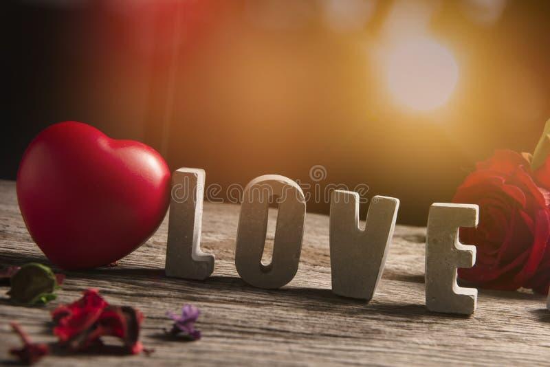 Αγάπη λέξης που γίνεται από το τσιμέντο στο ξύλινο υπόβαθρο σύστασης στοκ φωτογραφία