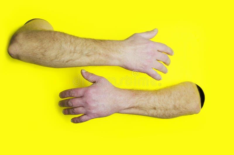 Αγκαλιάστε ή αγκαλιάζοντας το πρότυπο σχεδίου Αρσενικά χέρια που αγκαλιάζουν κάποιο στο κίτρινο κλίμα Έννοια της υποστήριξης στοκ φωτογραφίες με δικαίωμα ελεύθερης χρήσης