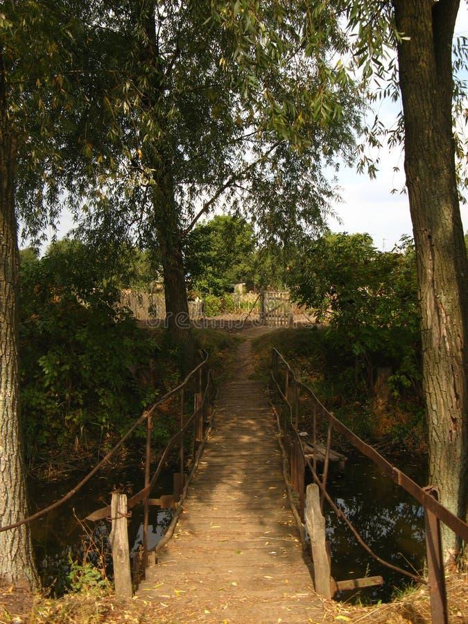 Αγροτική ξύλινη γέφυρα στο ηλιοβασίλεμα στοκ φωτογραφία με δικαίωμα ελεύθερης χρήσης