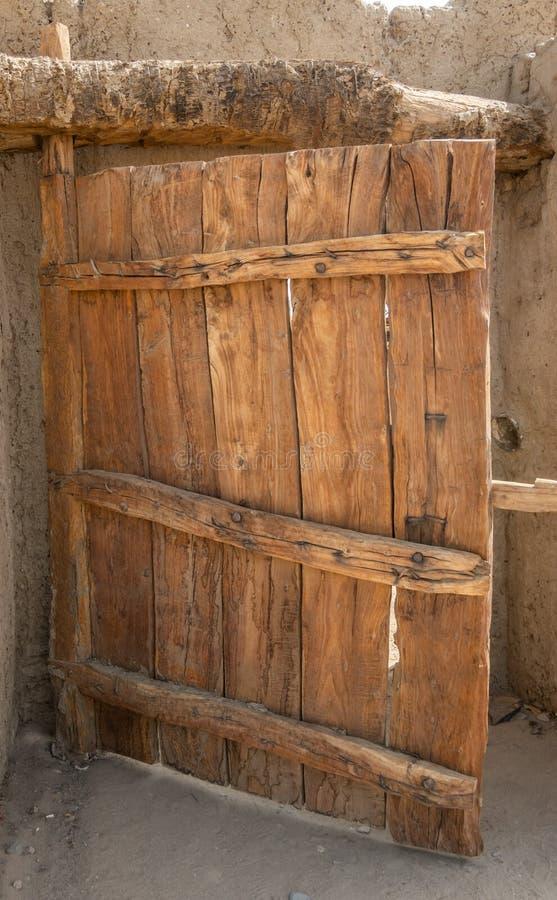 Αγροτική πύλη φιαγμένη από μη επεξεργασμένο ξύλο με το χαρακτηριστικό σιτάρι στοκ φωτογραφία με δικαίωμα ελεύθερης χρήσης