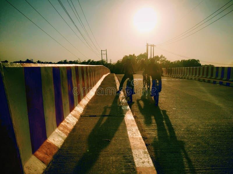 Αγόρια που ανακυκλώνουν σε μια γέφυρα στοκ εικόνες με δικαίωμα ελεύθερης χρήσης