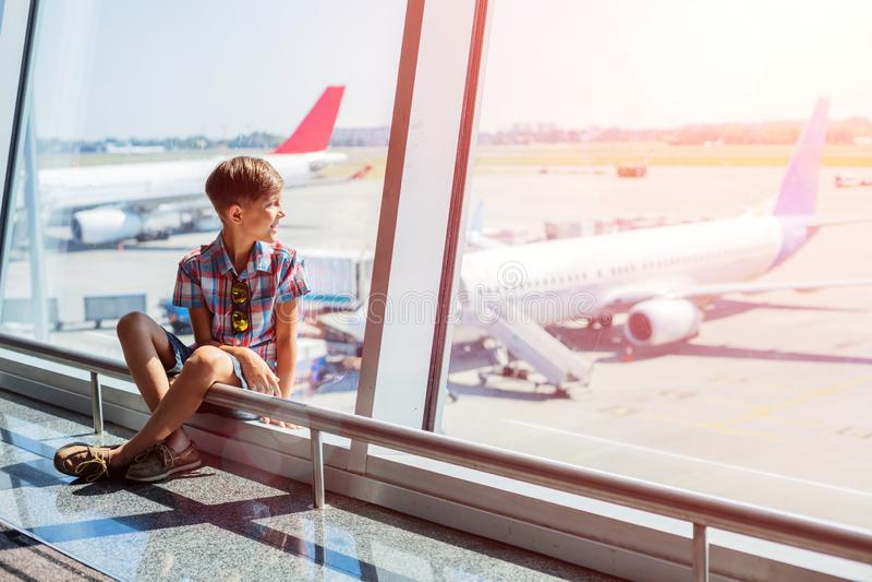αγόρι αερολιμένων που φαίνεται αεροπλάνα στοκ φωτογραφία με δικαίωμα ελεύθερης χρήσης