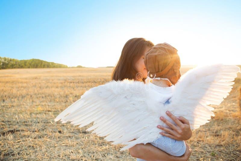 Αγόρι και η μητέρα του που παίζουν τον αεροπόρο στοκ φωτογραφίες με δικαίωμα ελεύθερης χρήσης
