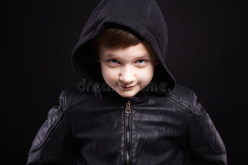 αγόρι στην κουκούλα χαμογελώντας παιδί στο παλτό δέρματος και hoodie στοκ εικόνες