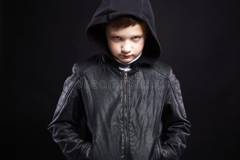 αγόρι στην κουκούλα χαμογελώντας παιδί στο παλτό δέρματος και hoodie στοκ φωτογραφία με δικαίωμα ελεύθερης χρήσης