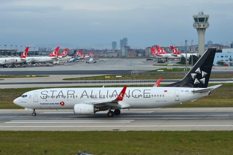 Αεροπλάνο που μετακινείται με ταξί στο διάδρομο του αερολιμένα στοκ εικόνες