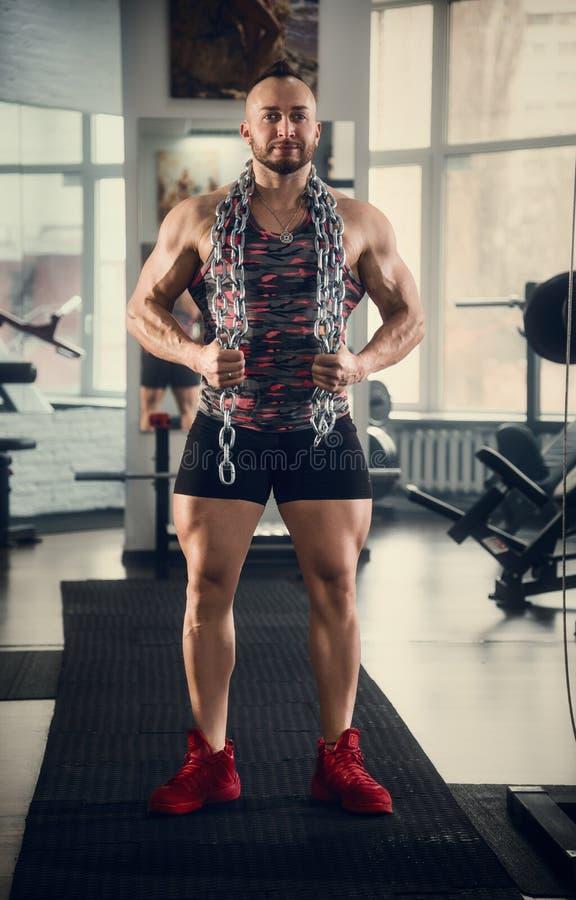 Αθλητικός τύπος με τις αλυσίδες Ικανότητα γυμναστική Crossfit στοκ φωτογραφία με δικαίωμα ελεύθερης χρήσης