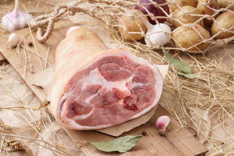 Ακατέργαστο κρέας χοιρινού κρέατος - hock, άρθρωση ή πόδι Φρέσκο κρέας και συστατικά στοκ φωτογραφία με δικαίωμα ελεύθερης χρήσης