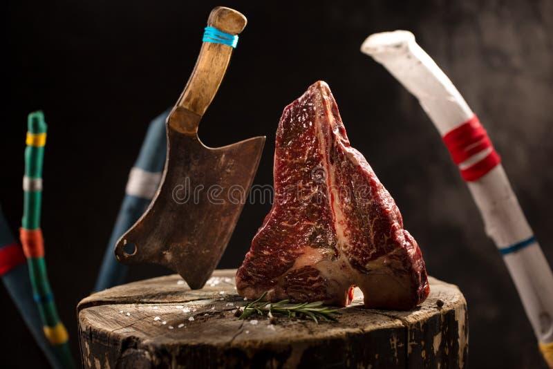 Ακατέργαστο φρέσκο τσεκούρι βόειου κρέατος κρέατος σε ένα μαύρο υπόβαθρο στοκ φωτογραφία με δικαίωμα ελεύθερης χρήσης