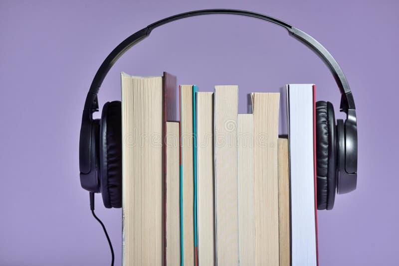 Ακουστικά βιβλία με τα βιβλία και τα ακουστικά στοκ φωτογραφίες με δικαίωμα ελεύθερης χρήσης