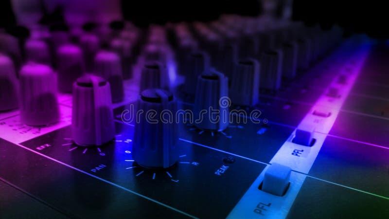 Ακουστικός υγιής εξοπλισμός εξισωτών στο φεστιβάλ κομμάτων λεσχών νύχτας συναυλίας στοκ εικόνες