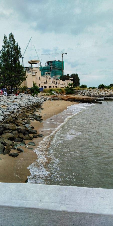 Ακτή με την άποψη κατασκευής στοκ εικόνα