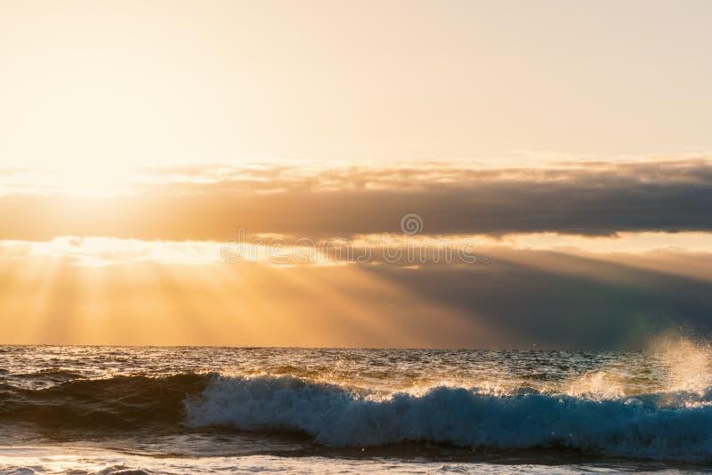 Ακτίνες ήλιων και μικρά σύννεφα στο ηλιοβασίλεμα στοκ φωτογραφία με δικαίωμα ελεύθερης χρήσης