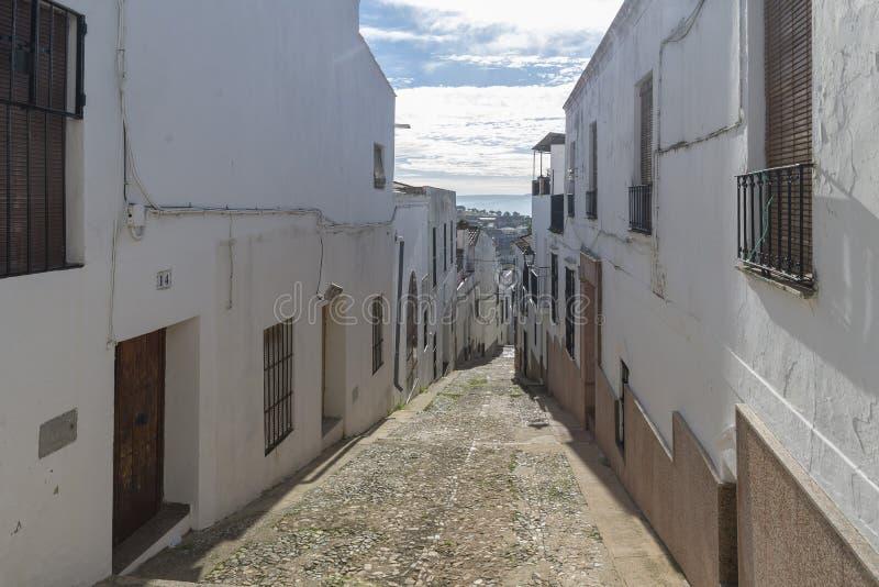 Αλέες των ασπρισμένων σπιτιών χαρακτηριστικών του χωριού Jerez de Los στοκ φωτογραφίες