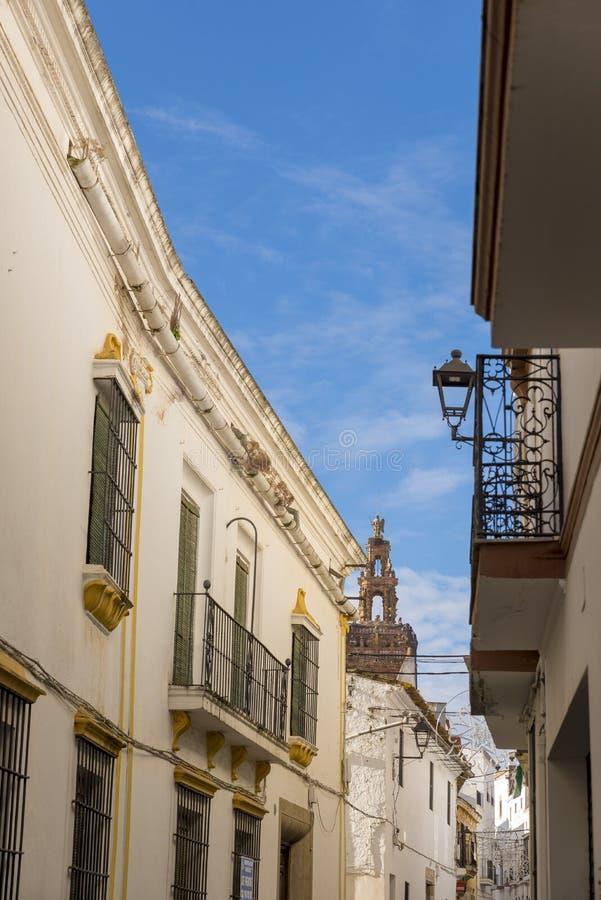Αλέες των ασπρισμένων σπιτιών χαρακτηριστικών του χωριού Jerez de Los στοκ εικόνα με δικαίωμα ελεύθερης χρήσης