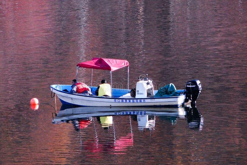 Αλιευτικό σκάφος στη λίμνη φθινοπώρου στοκ φωτογραφίες