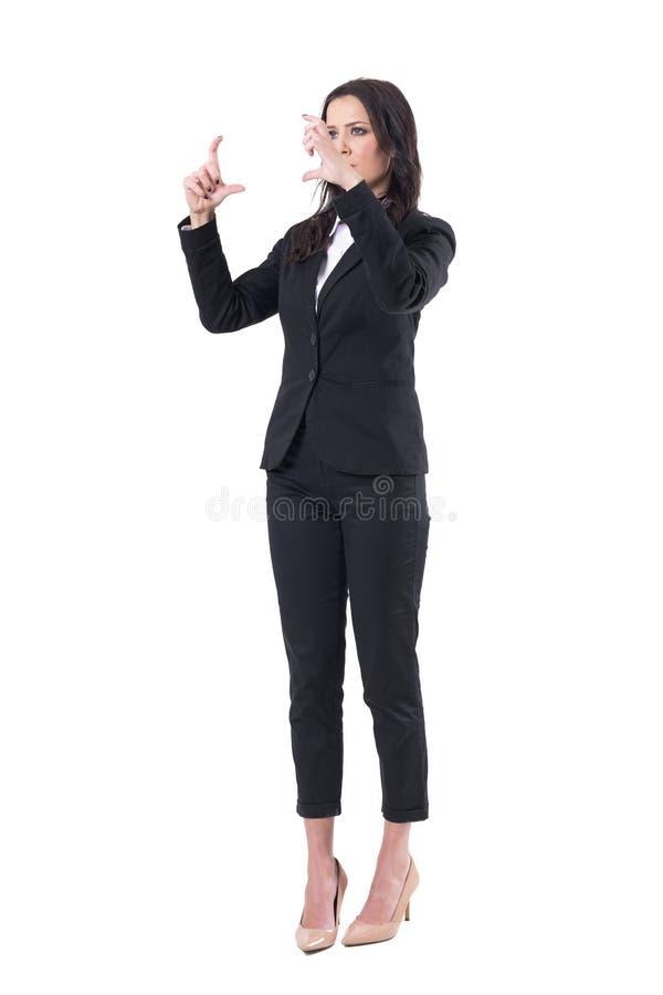 Αλληλεπίδραση επιχειρησιακών γυναικών με το δάχτυλο στον προσομοιωτή οθόνης εικονικής πραγματικότητας στοκ φωτογραφίες