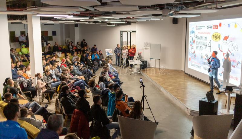 ΑΛΜΆΤΙ, ΚΑΖΑΚΣΤΑΝ - 11 ΔΕΚΕΜΒΡΊΟΥ 2018: Πολλοί μη αναγνωρισμένοι άνθρωποι ήρθαν στην παρουσίαση του αθλητικού ημερολογίου για στοκ φωτογραφίες με δικαίωμα ελεύθερης χρήσης